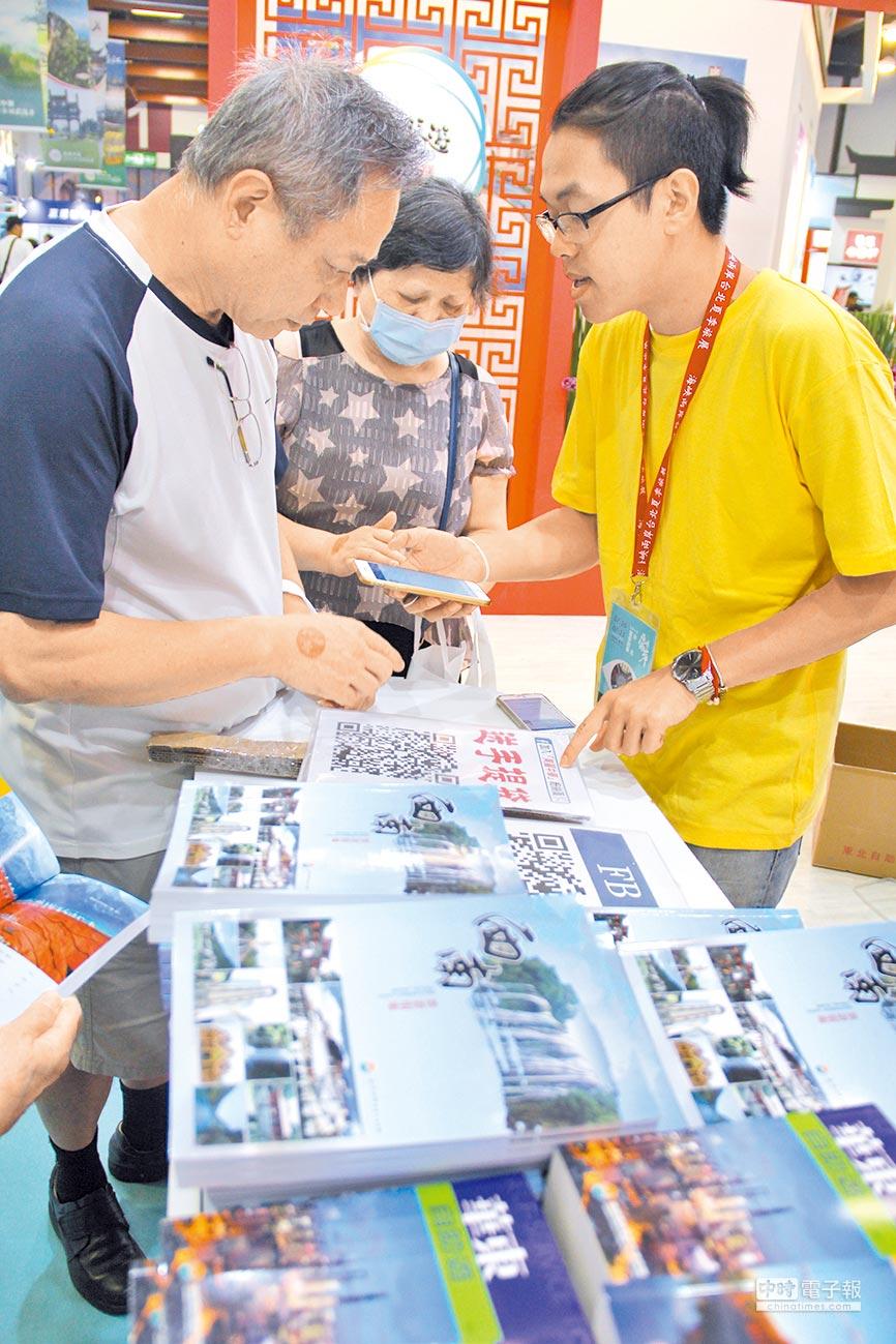 兩岸旅展海旅會服務台提供數十種大陸旅遊文宣全部免費,民眾大包小包帶回家,超級高興。(記者李鋅銅攝)