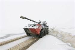 圖輯》7月罕見大雪!共軍裝甲車開進青藏高原