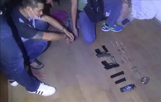 毒品通緝犯起出雙槍、火力驚人