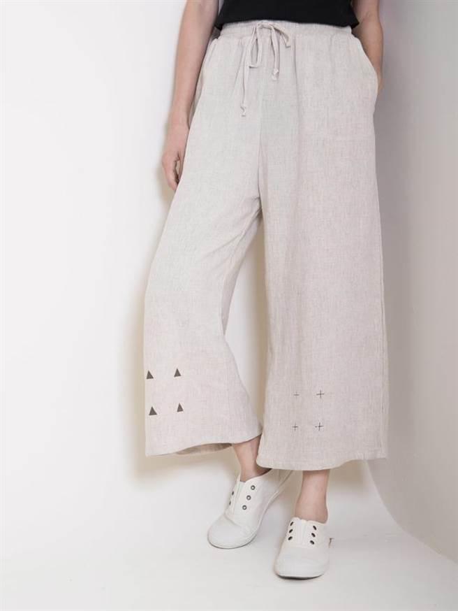 Cognoscenti extra space 寬褲 麻米 NT$1,980。(圖/FACY Taiwan )
