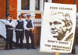 離開厄駐英大使館 恐再吃1年牢飯