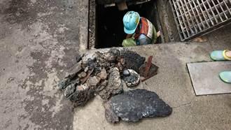 北區東成三街大樓側溝積水   初步調查早期木模板卡油垢堵塞