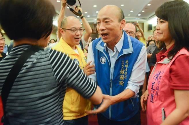 TVBS最新六都民調顯示,民進黨高雄市長候選人陳其邁支持度為40%,而國民黨高雄市長候選人韓國瑜支持度為32%,兩人差距已逼近只剩下8%!網友直言,很想看高雄翻盤。(本報系資料照片)