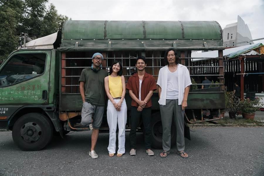 豐川悅司、妻夫木聰、謝欣穎和導演半野喜弘在殺青時合影留念。(威視提供)
