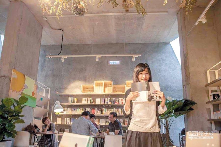 青鳥書店創辦人蔡瑞珊採書籍結合沙龍、咖啡的模式,是少數月月賺錢的獨立書店。                  圖/青鳥書店提供