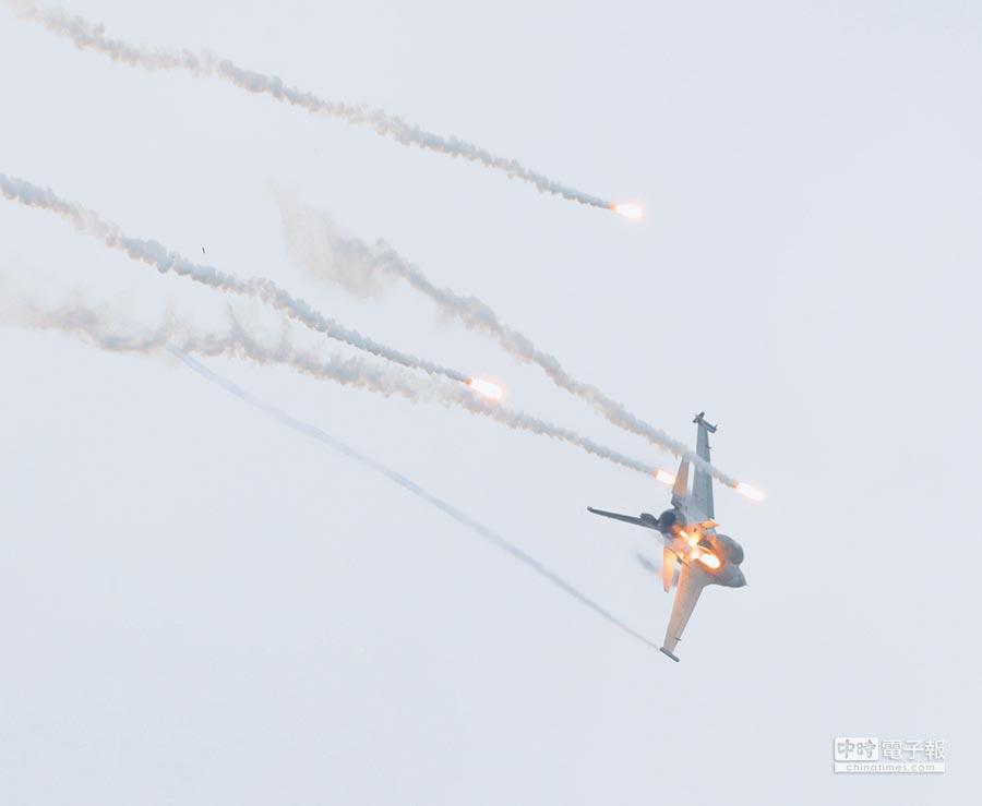 6月7日漢光34號演習,空軍第五聯隊所屬F-16戰機凌空掩護地面部隊衝場施放熱焰彈。(本報系資料照片)