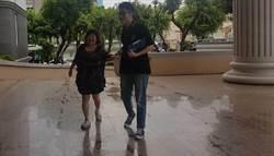 蔣月惠腳纏繃帶 到法院聲援屏東車站反迫遷戶