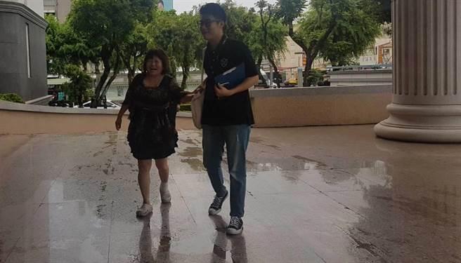 蔣月惠約上午11時現身高雄高等行政法院時左腳仍纏著繃帶,但地面濕滑,造成她差點滑了一跤。(劉宥廷攝)