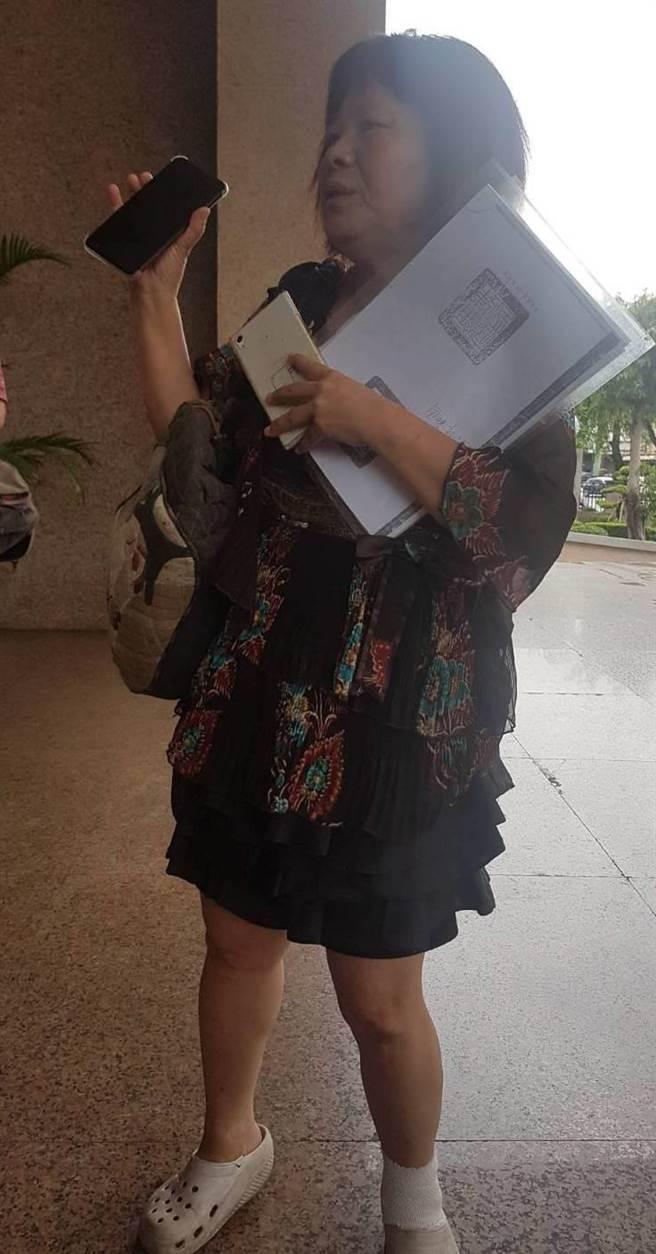蔣月惠到高雄高等行政法院聲援屏東車站反迫遷戶,她左腳仍纏著繃帶。(劉宥廷攝)