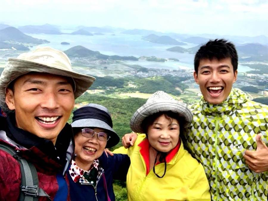 賴俊龍與賴東賢2人帶著親阿嬤一起出外景。(圖片提供:三立)