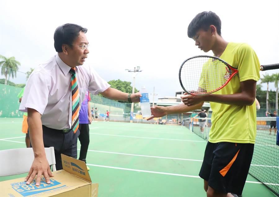 台中市軟式網球委員會主委市議員謝志忠(左),24日特前往興大附農為教練及學生們加油打氣。(陳世宗翻攝)