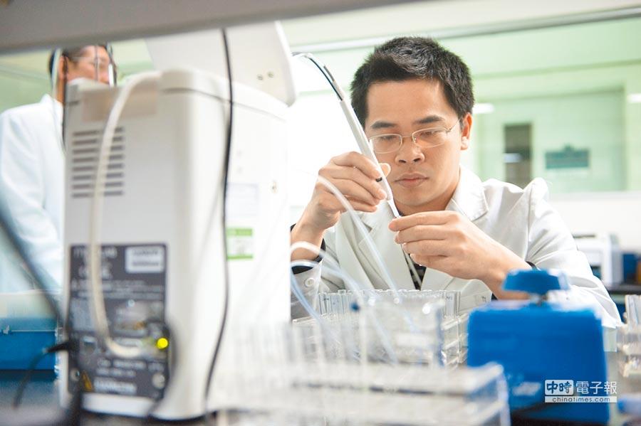 康泰生物的實驗室工作人員在進行B肝疫苗hbsag含量測定。(新華社資料照片)