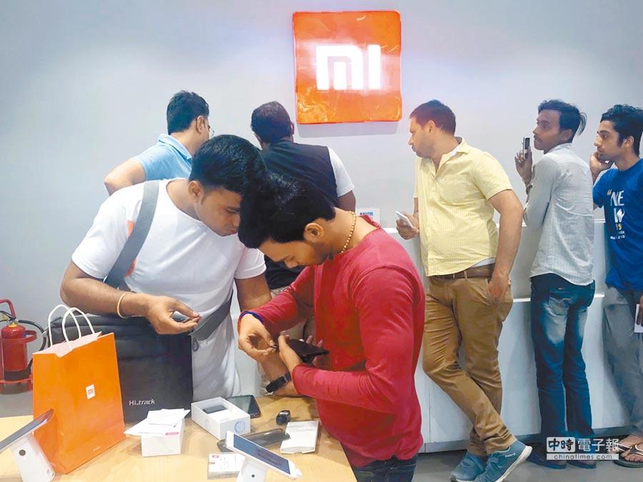 印度新德里市區手機城內的「小米之家」,該品牌手機吸引印度消費者。(中新社)