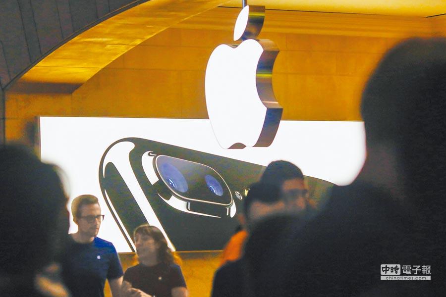 蘋果手機前進印度。圖為美國紐約一家蘋果專賣店拍攝的iphone 7 plus廣告。(新華社)