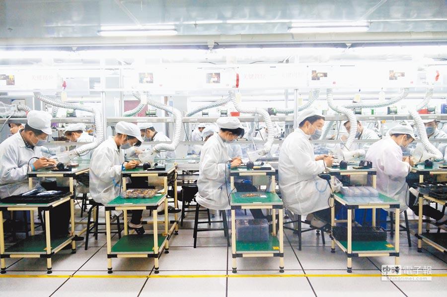 河南鄭州一家手機代工廠內,工人們正在生產線上工作。(中新社)