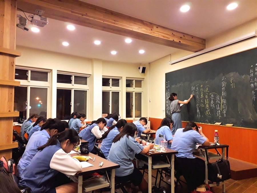 秀春書屋另會開設免費課程,幫宜蘭的學子做課後輔導。(秀春教育基金會提供)