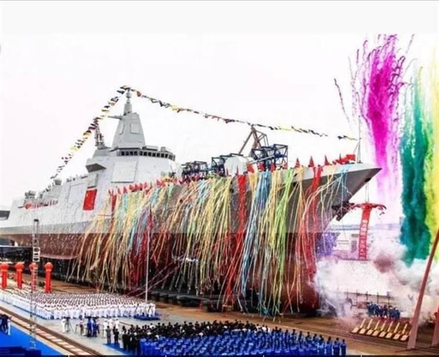 解放軍新型萬噸驅逐艦055首艦去年6月28日在上海江南造船廠舉行下水儀式的畫面。(中新社)