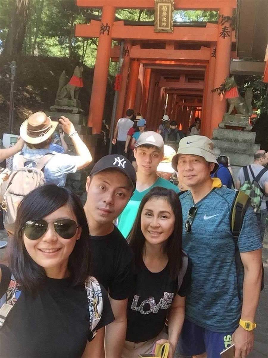 一家人在日本度假。(民視提供)