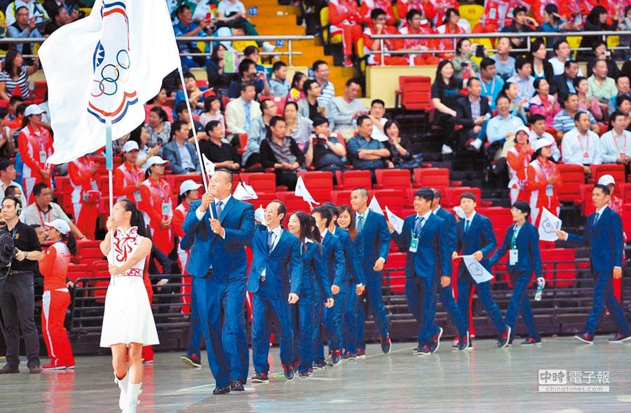 東亞奧林匹克委員會認為台灣推動2020東奧正名公投,違反國際奧會規定,昨召開臨時理事會表決通過停辦2019年台中東亞青年運動會。圖為第6屆東亞運動會在天津開幕,我代表團入場。(新華社)