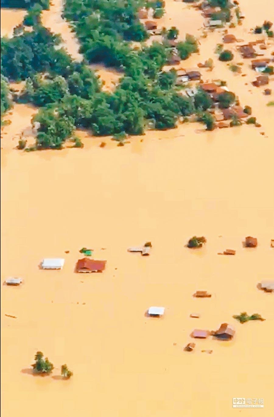 這是寮國電視台所拍攝到、湄公河水壩潰堤,淹沒下游地區的畫面。(法新社)