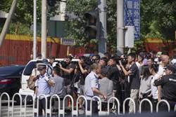 北京美使館前爆燃事件 涉事男子手部燒傷送醫