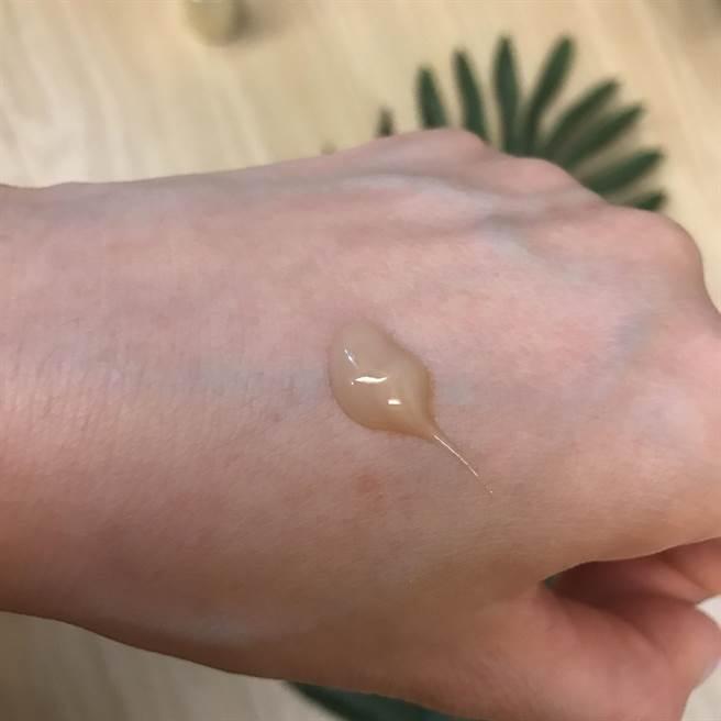 精華一按壓在手背上,就像是蜂蜜狀感的蜜狀精華,超好推開且滋潤棒,驚奇的是不黏膩,卻有很充足的保濕感,表面更有一層微包覆感,是一種很奇妙的感覺。最重要的是,每天使用,一天比一天更有感,肌膚變得穩定又細緻,毛孔也細了,膚況一天比一天好。