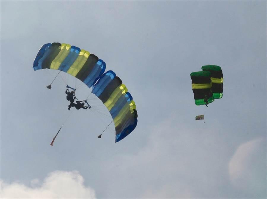 澳洲今年2月3日發生一起飛行大烏龍!一架小型飛機機師誤判「燃油不足」,逼迫機上4乘客在6500英呎高度跳傘逃生。(非事發示意圖/中央社資料照)