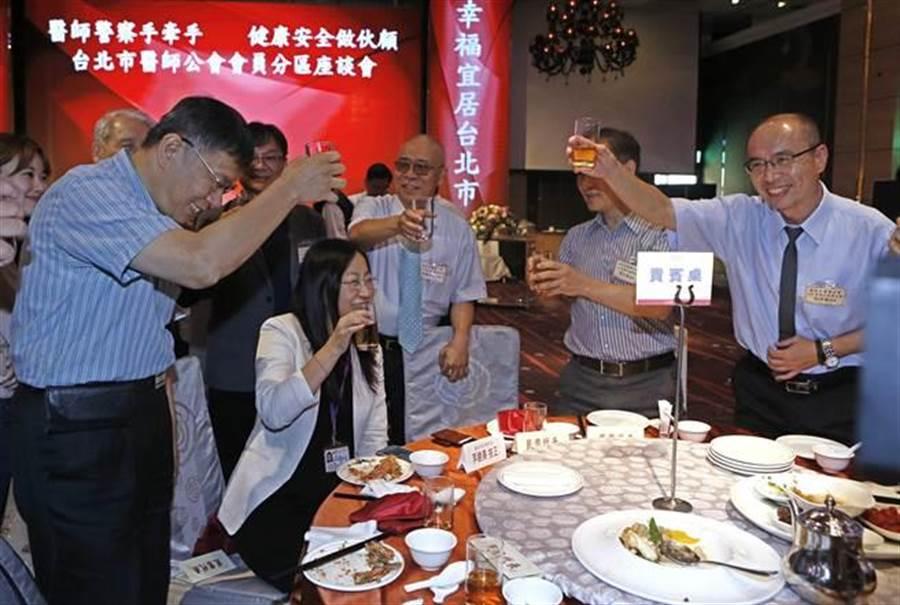 台北市長柯文哲(左)競選連任,推出第一階段群眾募資計畫,自25日系統上線到26日上午所收的付款筆數,共已有2萬2317筆,付款總金額高達3749萬8105元。(張鎧乙攝)