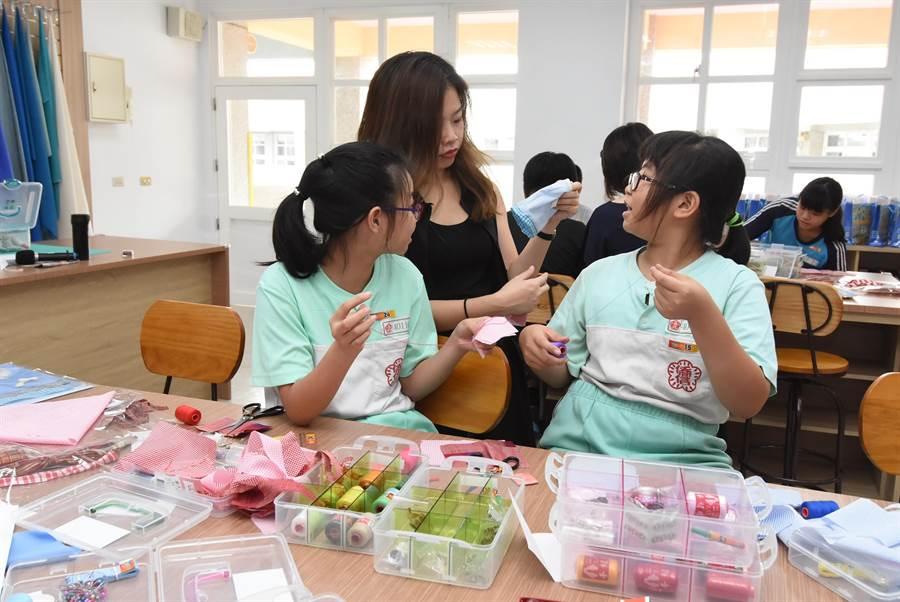 僑信國小的學童受邀至大同國中職探中心搶先體驗。(謝瓊雲攝)