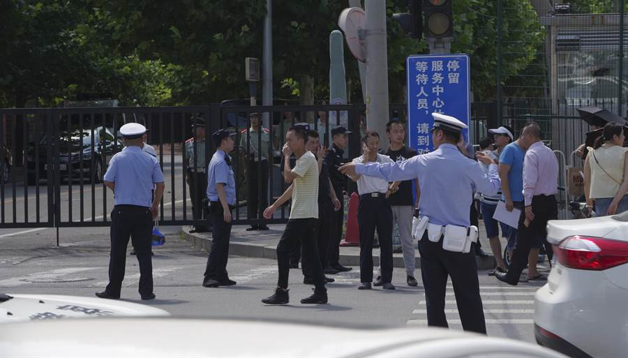 北京市朝陽區天澤路和安家樓路十字路口發生疑似爆竹裝置爆燃事件。圖為事件現場,警方正在維護秩序。(圖/中新社)