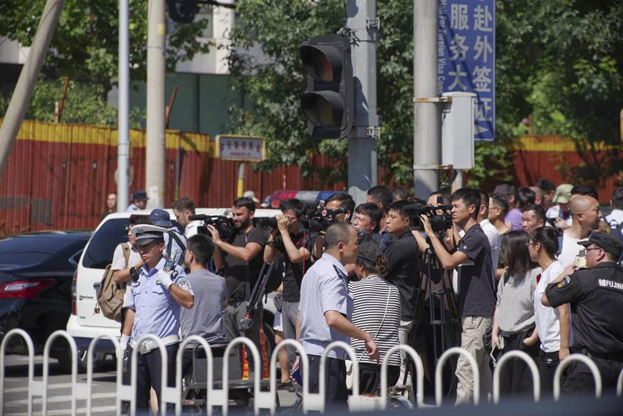 圖為北京美使館前爆燃事件現場,媒體在拍攝採訪。(圖/中新社)