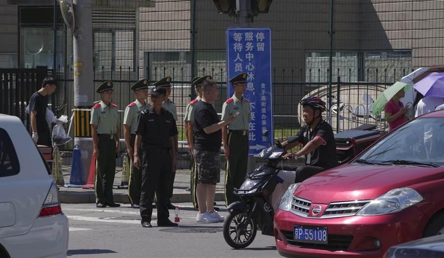 北京美使館前發生爆燃事件,巡邏民警迅速控制持爆裂裝置男子,並予送醫治療,現場無其他人員受傷。(圖/中新社)