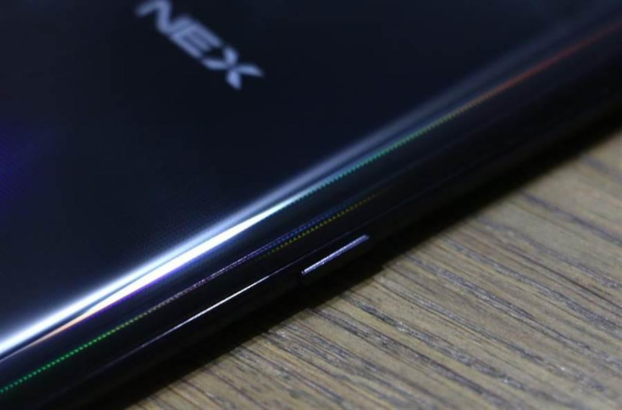 vivo NEX左側有一個快捷鍵,短按可以啟用Google Lens。(圖/黃慧雯攝)