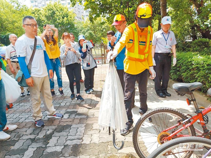北市25日號召2000位環保志工、義工與市民,進行環境孳生源巡檢及清除工作。(張立勳翻攝)