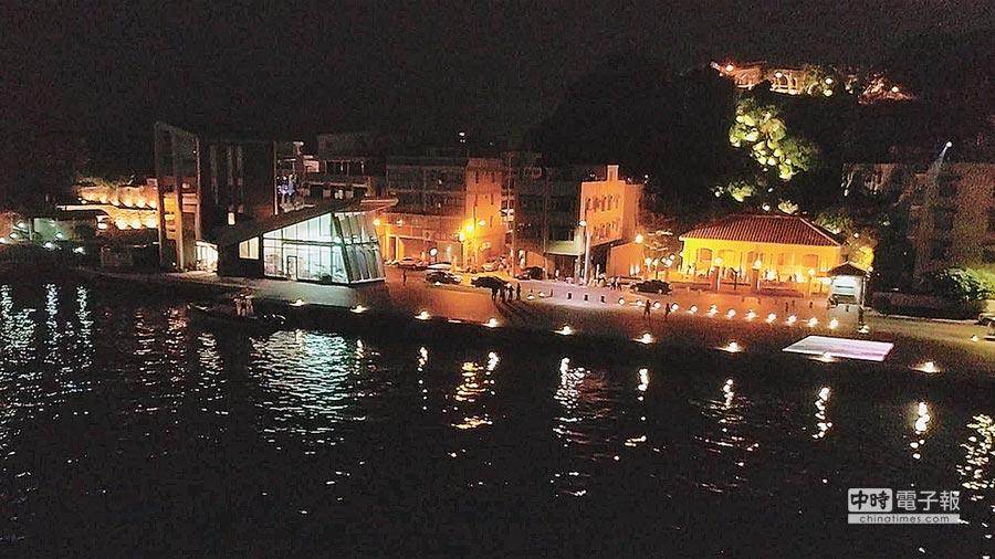 即將重新與民眾見面的哨船頭,從夜景燈光,可以想見當年從港邊到山腳辦公室,再循古道登上英領館的路線。(文化局提供)