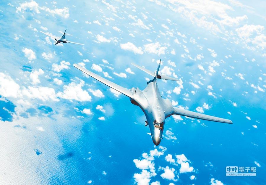 《國防授權法》強化美國防實力,以應對中國。圖為美軍2架B-1B戰略轟炸機飛越南海。(取自美國空軍官網)