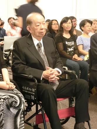 奇美藝術獎30而立 許文龍坐輪椅現身頒獎鼓舞藝術新秀