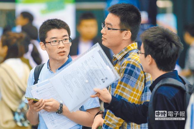 往年大學生湧進暑期實習招聘會,尋找適合自己的實習單位。(中新社資料照片)