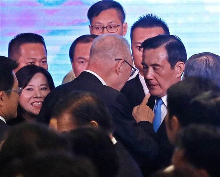 由前總統馬英九(右)等人籌組的「財團法人馬英九文教基金會」27日正式成立,國民黨主席吳敦義(左)等國民黨大老出席致意。(張鎧乙攝)