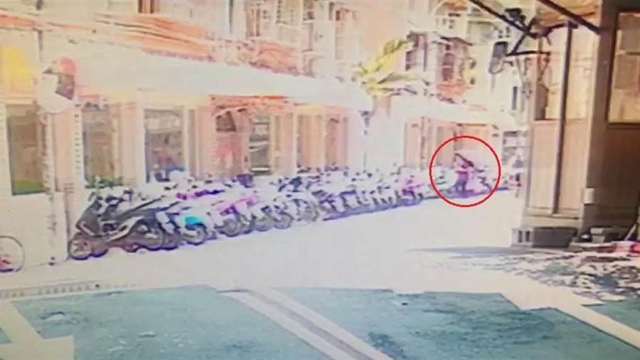 社區路口監視器拍下90歲李姓老婦26日上午11時許買菜返家的身影。(譚宇哲翻攝)