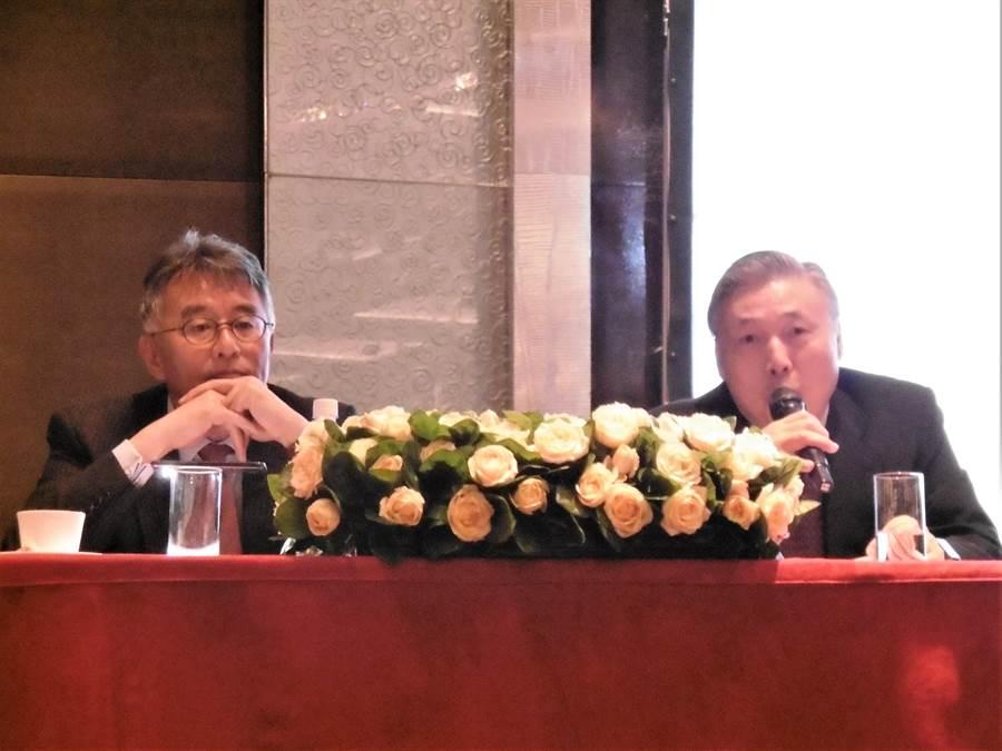日月光投控營運長吳田玉(右)、財務長董宏思(左)。(林資傑攝)