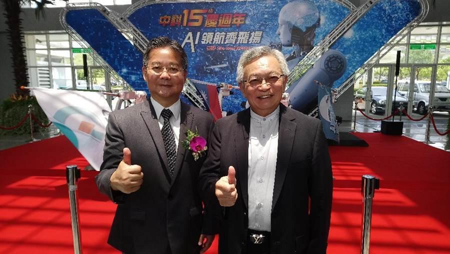 和大集團董事長沈國榮(右)宣布加碼投資中科,中科管理局長陳銘煌聞訊開心不已。(圖/曾麗芳)