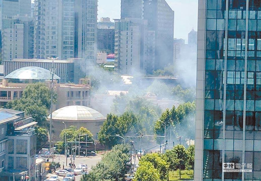 美國駐北京大使館東南側大門外昨日發生爆炸案,1名男子帶著自製爆裂物意圖扔進大使館,但卻在身旁爆炸傷及自己,現場濃煙不斷。(摘自推特)
