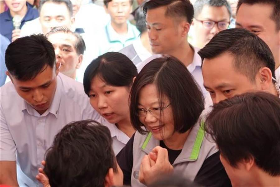 蔡英文總統的到臨,受到新竹縣鄉親支持者的歡迎。(曾薏蘋攝)