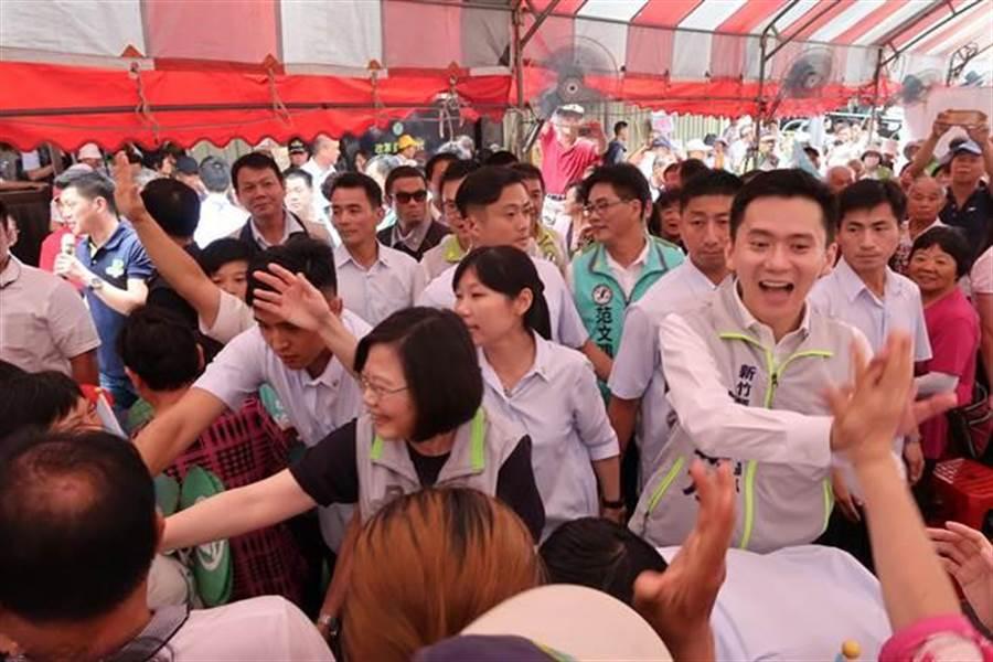 蔡英文總統受到新竹縣鄉親的歡迎。(曾薏蘋攝)