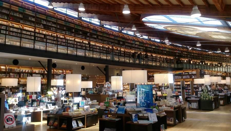 武雄市圖書館挑高空間讓人心境也跟著寬闊起來。(張佩芬攝)