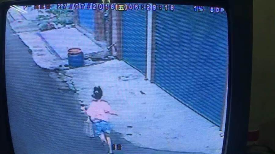女童奔跑躲進巷子。(曹婷婷翻攝)