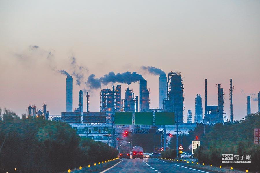 工總理事長王文淵昨指出,技術進步把環保汙染量降低,但台塑六輕環評10年不過,真是很奇怪的政府。圖為台塑六輕石化廠內煙囪排放陣陣濃煙。(本報資料照片)