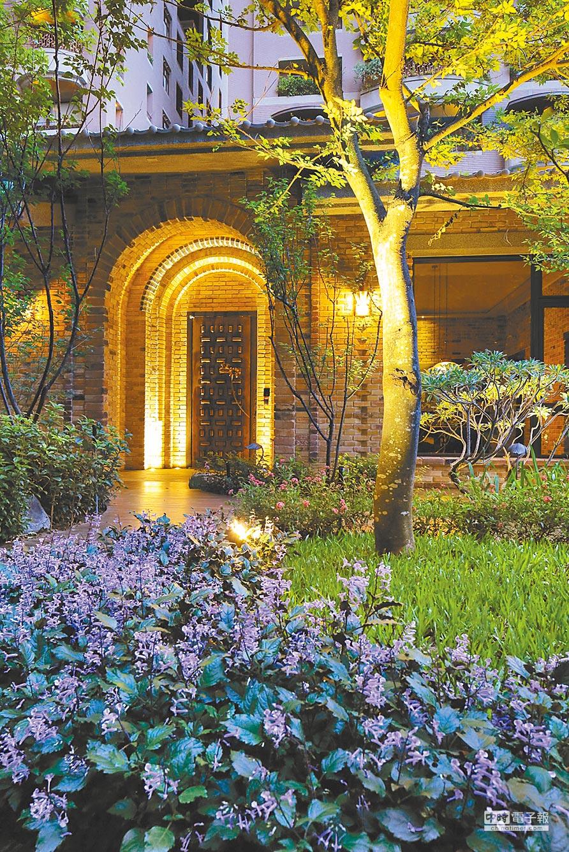 「謙臻邸」擁有大片綠地外,內設一處仿中世紀歐風、以紅磚砌成的森林小屋。(龍寶建設提供)