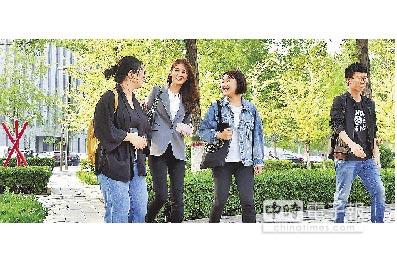 台灣青年翁如辰(左二)在美讀完MBA後,看好當地教學環境及經濟發展選擇到大陸教書。(中新社)